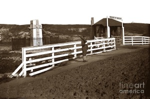 father-serra-celtic-cross-at-the-artillery-pacific-streets-gate-presidio-of-monterey-1907-california-views-mr-pat-hathaway-archives